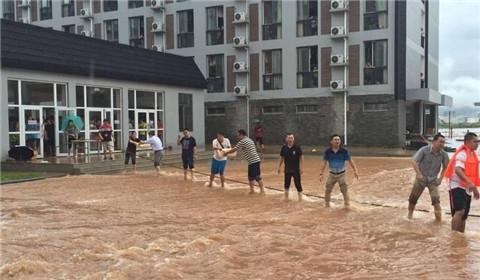 桂林暴雨致高校内涝 学校排人墙给学生送饭